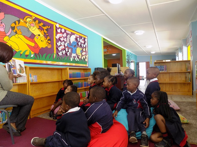 WSLsk-Renovated-Library-with-pupils-2017May22-3